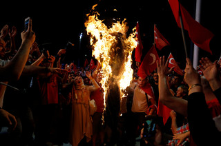 Protesters burn an effigy of the Islamic cleric Fethullah Gülen during a demonstration at Taksim Square in Istanbul on 18 July 2016. Photo: Ozan Kose / AFP