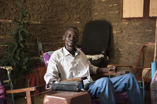 Martin Wani usually listens to the BBC in Arabic to stay informed. Juba, South Sudan. Photo by Charles Lomodong for De Correspondent