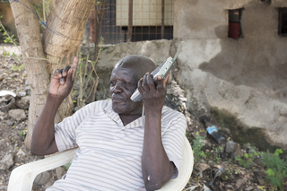 Jidu listens mostly to the BBC for the news. Juba, South Sudan. Photo by Charles Lomodong for De Correspondent